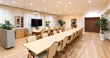 清潔感のある白と茶色を基調とした会食室